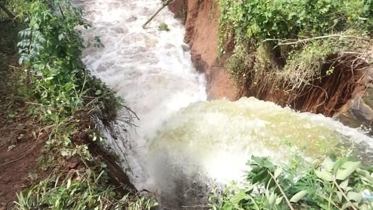 Vỡ kênh dẫn tràn hồ Gia Hoét, di dời hàng chục hộ dân - Ảnh 1.