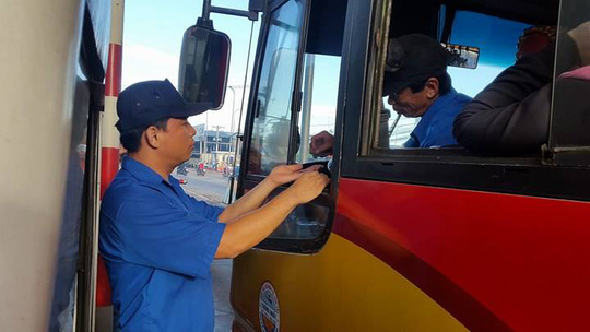 3 ngày liên tiếp tài xế dùng tiền lẻ ở BOT Biên Hòa - Ảnh 3.