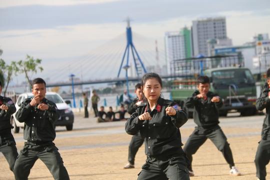 Mãn nhãn trước những bóng hồng bảo vệ an ninh APEC - Ảnh 3.