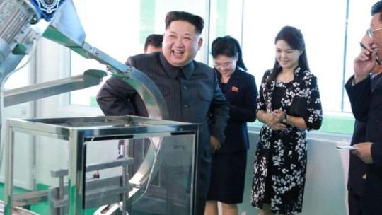 Ông Kim Jong-un tươi cười thăm nhà máy mỹ phẩm cùng vợ - Ảnh 1.