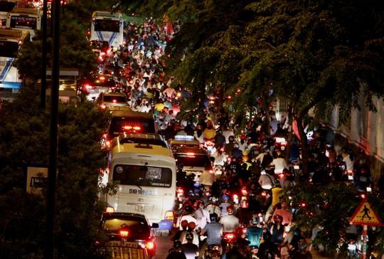 Kẹt xe dữ dội trên đường Phạm Văn Đồng tối cuối tuần - Ảnh 4.