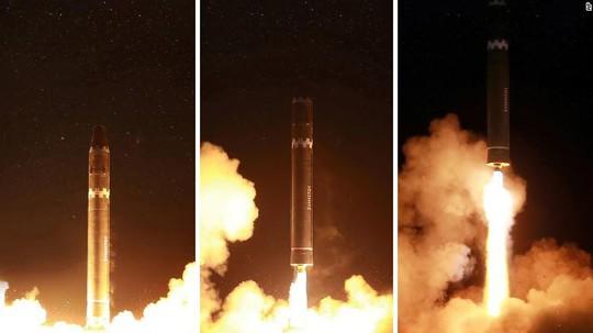 Ông Kim Jong-un như người tí hon bên cạnh tên lửa mới - Ảnh 4.