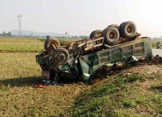 Xe tải tông nát xe 4 chỗ, 2 người thương vong - Ảnh 2.