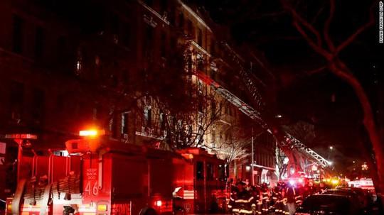 Cứu 5 người khỏi đám cháy, quay lại cố cứu thêm người thì thiệt mạng - Ảnh 2.