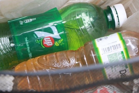 Bình nước, thùng bánh mì Thạch Sanh giữa phố cổ Hà Nội - Ảnh 3.