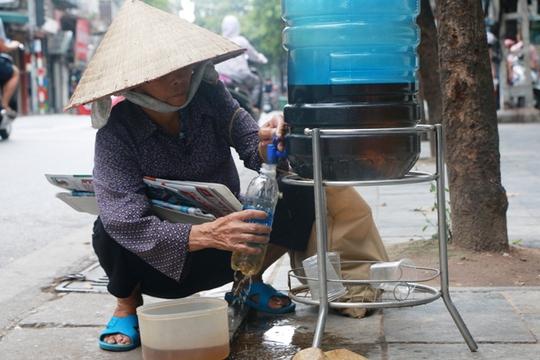 Bình nước, thùng bánh mì Thạch Sanh giữa phố cổ Hà Nội - Ảnh 5.