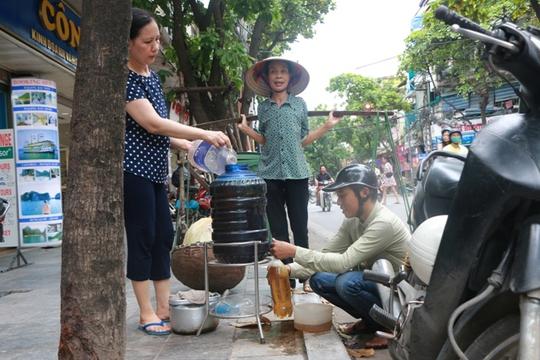 Bình nước, thùng bánh mì Thạch Sanh giữa phố cổ Hà Nội - Ảnh 6.