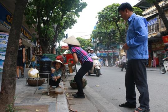 Bình nước, thùng bánh mì Thạch Sanh giữa phố cổ Hà Nội - Ảnh 8.