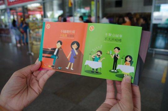 Trước đây Đà Nẵng đã ban hành bộ quy tắc ứng xử cho khách nước ngoài. Trong ảnh: phát bộ quy tắc ứng xử bằng tiếng Trung Quốc (ảnh dưới) cho du khách tại sân bay Đà Nẵng - Ảnh: TẤN LỰC
