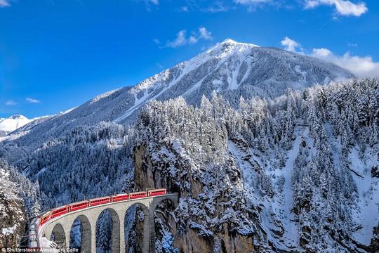 Hành trình cổ tích: Cùng người ấy trên chuyến tàu Glacier Expess ngắm cảnh sắc mùa đông thơ mộng của thị trấn St Moritz ở thung lũng Engadine- Thụy Sĩ, chắc chắn sẽ là một trải nghiệm khó quên. Ảnh: Shutterstock.