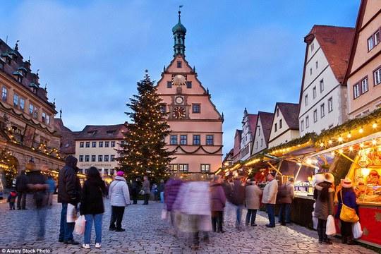 Nếu đến Đức vào mùa đông, hãy nắm tay người ấy đi qua con đường lát sỏi và những khu phố Giáng sinh tại TP Rothenberg. Ảnh: Alamy Stock Photo