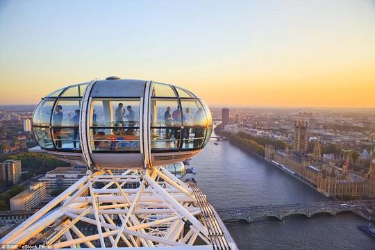 Bạn và nửa còn lại có thể thưởng thức một ly rượu vang và ngắm cảnh mặt trời lặn từ đài quan sát London Eye khi đến Anh. Ảnh: SIME
