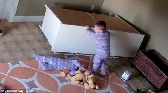 Bé Bowdy cứu em trai Brock khỏi bị tủ đè. Ảnh: Kayli Shoff