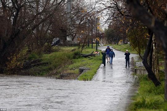 Bão lụt càn quét Bờ Tây nước Mỹ. Ảnh: AP