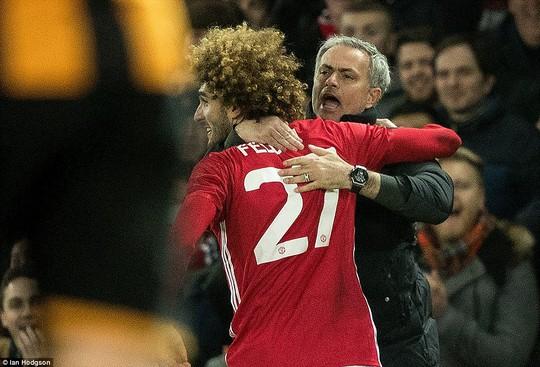 Fellaini ăn mừng với Mourinho sau khi ghi bàn nâng tỉ số lên 2-0 cho M.U