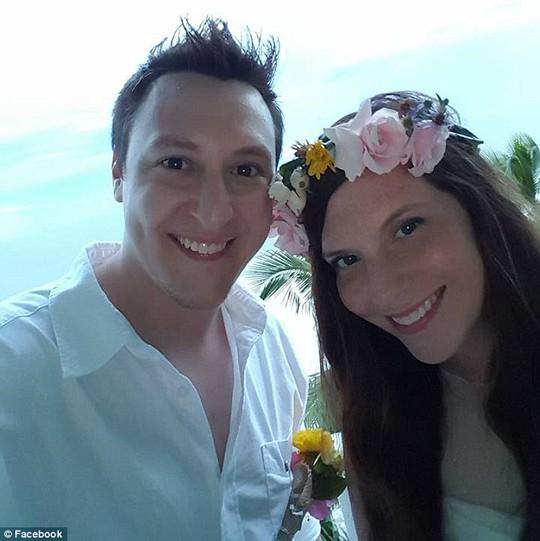 Tylor Hindery và cô vợ Emerald đã có một kỳ nghỉ khó quên ở bang Florida. Ảnh: Daily Mail