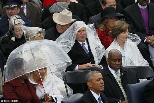 Và bà Michelle Obama được trang bị dù. Ảnh: Reuters