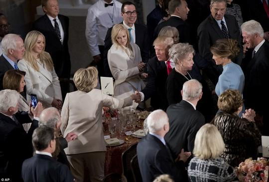 Ông Trump bắt tay bà Clinton. Ảnh: AP