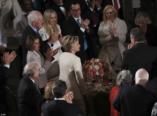 Bà Clinton đứng lên trong tiếng vỗ tay của mọi người. Ảnh: AP