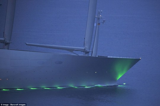 Sailing Yatch A sử dụng hệ thống điều khiển kỹ thuật số công nghệ cao vận hành bằng cảm biến.