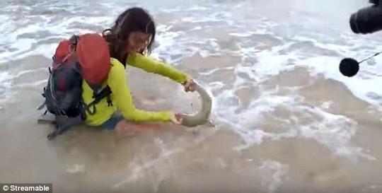 Nữ du khách 35 tuổi bị cá mập cắn khi lôi nó lên bờ chụp ảnh. Ảnh: Streamable