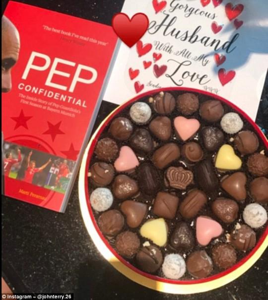 Terry được vợ tặng cho quyển sách về Pep Guardiola và sô cô la nhân ngày lễ Tình yêu