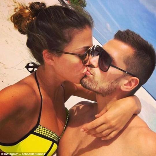 Tiền vệ Everton Morgan Schneiderlin và vợ