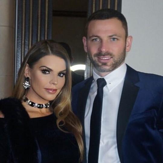Phil Bardsley (Stoke City) khoe ảnh với vợ