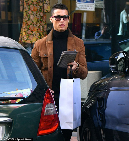 Ronaldo thì đưa bạn gái mới Georgina Rodriguez đi mua sắm thỏa thích