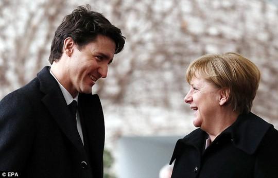 Ánh nhìn và nụ cười trìu mến của Thủ tướng Đức Angela Merkel dành cho người đồng cấp Đức hôm 18-2 tiếp tục gây bão mạng. Ảnh: EPA