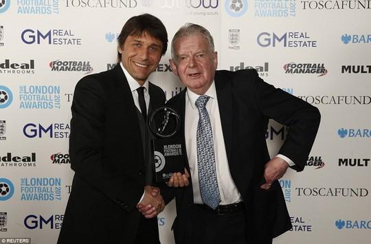 HLV Conte và nhà phê bình thể thao của BBC John Motson
