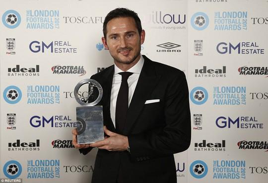 Lampard và thủ môn Lloris (ảnh dưới)