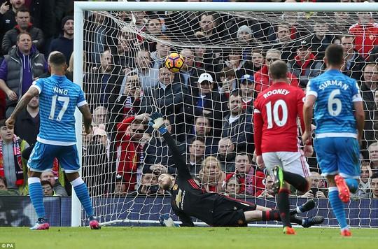 Phút 40, Phil Jones phạm lỗi trong vòng cấm và Bournemouth được hưởng phạt đền. King đã ghi bàn gỡ hòa cho đội khách sau pha dứt điểm 11m chính xác.