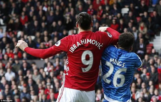 Ibrahimovic giật chỏ Mings bên phía Bournemouth nhưng trọng tài không phát hiện nhưng lại phạt cầu thủ của đội khách