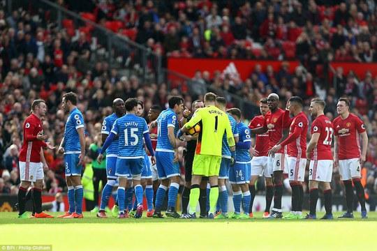 Ibrahimovic đá hỏng phạt đền, M.U chia điểm đáng tiếc
