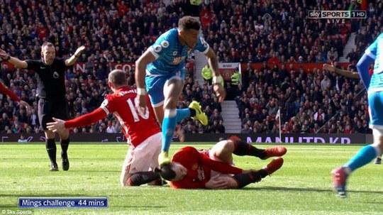 Trận đấu phải tạm dừng cuối hiệp 1 khi cầu thủ 2 đội va chạm với nhau.