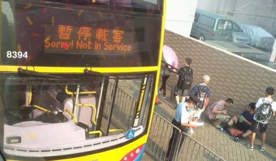 Đâm chết người trên xe buýt rồi nhảy qua cửa sổ - Ảnh 2.