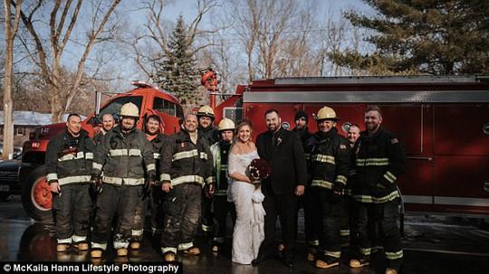 Lực lượng cứu hóa cũng có mặt trong bộ ảnh cưới độc đáo