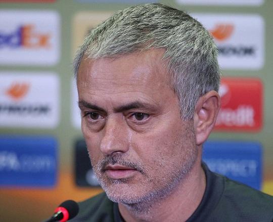 Mourinho cạn lời khi thấy mặt sân của Rostov