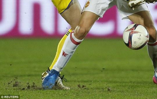 Theo Mourinho, mặt sân xấu khiến Ibrahimovic và đồng đội không thể chơi tốt hơn