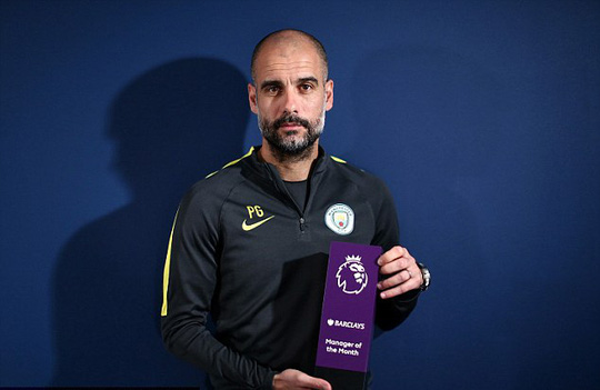 Pep Guardiola nhận danh hiệu từ BTC Premier League