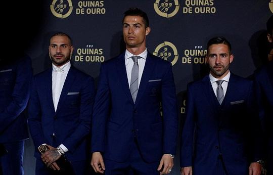 Ronaldo được tôn vình cùng Ricardo Quaresma và Joao Moutinho