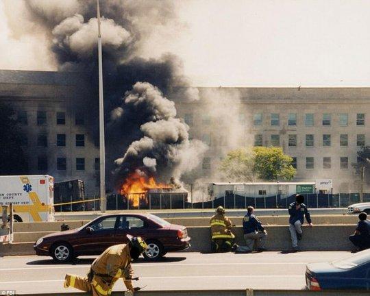 Lực lượng cứu hỏa tại hiện trường. Ảnh: FBI