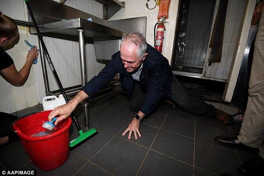 Thủ tướng Úc tự tay giúp người dân dọn dẹp sau bão. Ảnh: AAPIMAGE