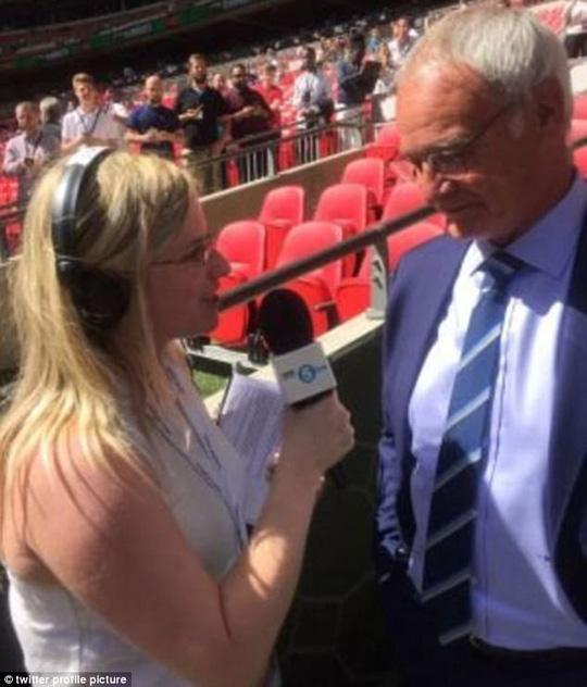 Nữ phóng viên Sparks trong một lần phòng vấn cựu HLV Leicester, ông Claudio Ranieri