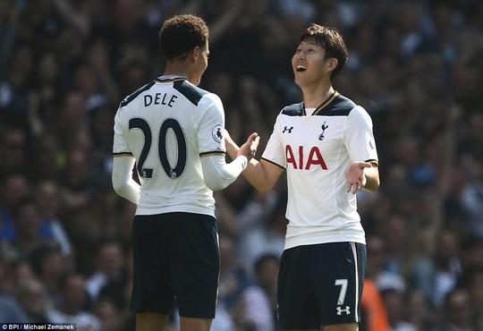 Cầu thủ người Hàn Quốc Heung-Min Son (phải) ghi dấu ấn trong chiến thắng của Tottenham