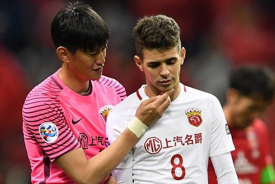 Cầu thủ của Urawa Reds an ủi Oscar
