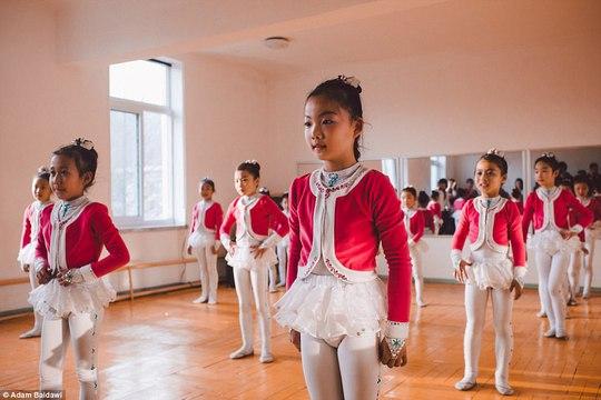 Múa hát là một loại hình nghệ thuật rất quan trọng ở Triều Tiên.Trẻ em học múa hát từ thuở nhỏ. Ảnh: Adam Baidawi