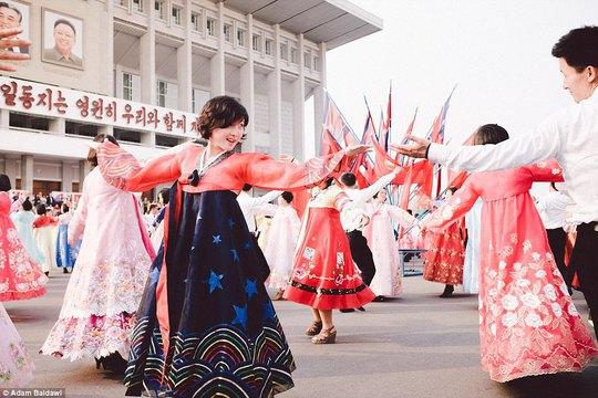 Người dần Triều Tiên thường nhảy múa tập thể để tôn vinh các lãnh đạo. Ảnh: Adam Baidawi