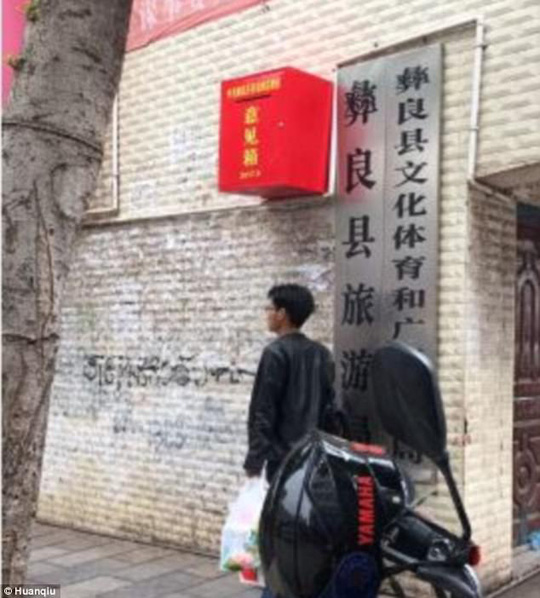 Chính quyền huyện Nghi Lương bị cư dân mạng gièm pha vì lắp đặt hộp thư góp ý cao 2 mét so với mặt đất. Ảnh: Huanqiu